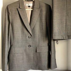 Tahari Gray/Charcoal Suit EUC Size 6 Blazer & Pant